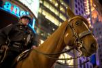 Nice Photo of Policeman and Police Horse in NYC animaux provenant de Cheval